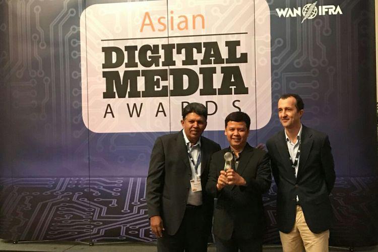 Redaktur Pelaksana Kompas.com, Amir Sodikin (tengah), menerima penghargaan Asian Digital Awards yang digelar WAN IFRA di Singapura, Rabu (1/11/2017) untuk Visual Interaktif Kompas (VIK), salah satu bagian produk Kompas.com. Asian Digital Media Awards merupakan ajang penghargaan bergengsi yang dikeluarkan oleh asosiasi media dunia, WAN IFRA.