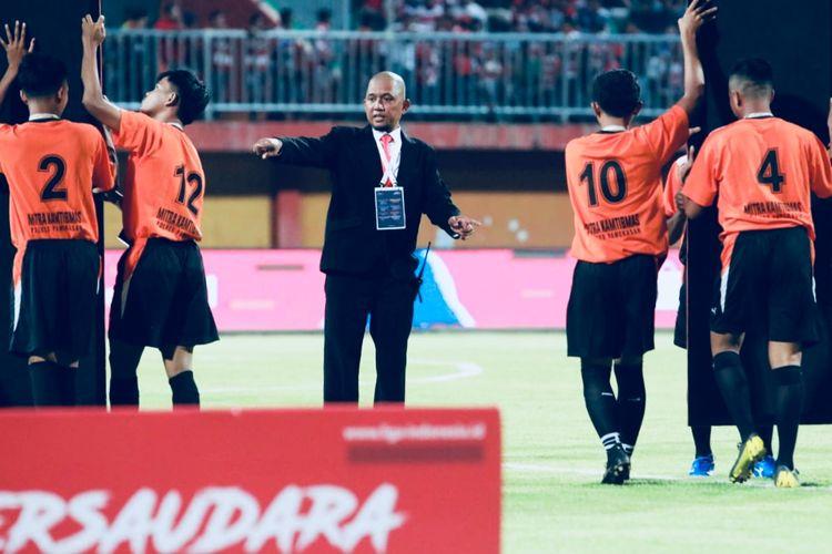 Local General Coordinator (LGC) Madura United, Edi Kurniadi saat sebelum kick off pertandingan Liga 1.