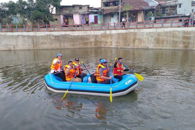 Wali Kota Bandung Oded M Danial berkeliling di danau retensi Sirnagalih seluas 1.075 meter persegi sambil menebar satu kuintal ikan mas dan gurami.