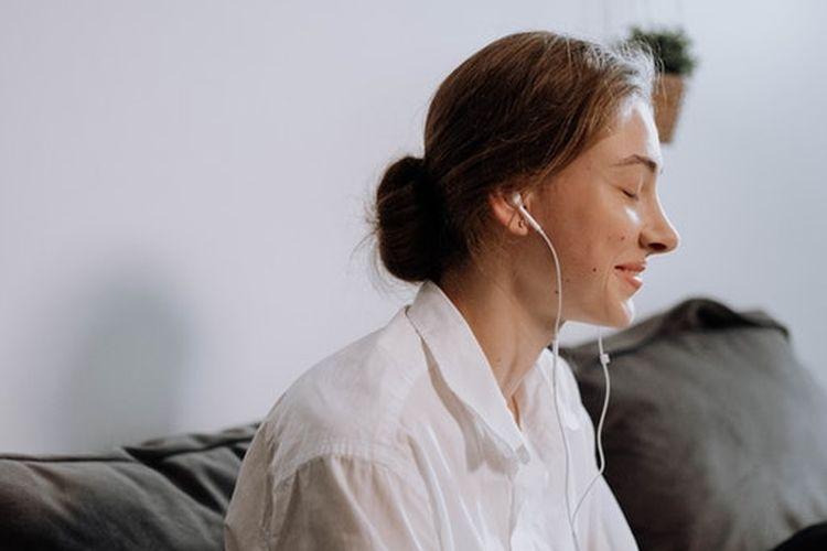 Mendengarkan musik menenangkan bisa membantu kita lebih cepat tidur.