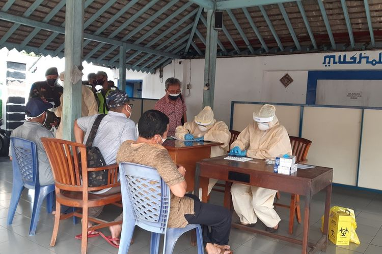 Tiga pedagang bermobil Kawasan Alun-alun Utara Keraton Solo yang di-swab antigen dan hasilnya dinyatakan positif di Pendapa Pasar Cenderamata Solo, Kamis (10/6/2021).