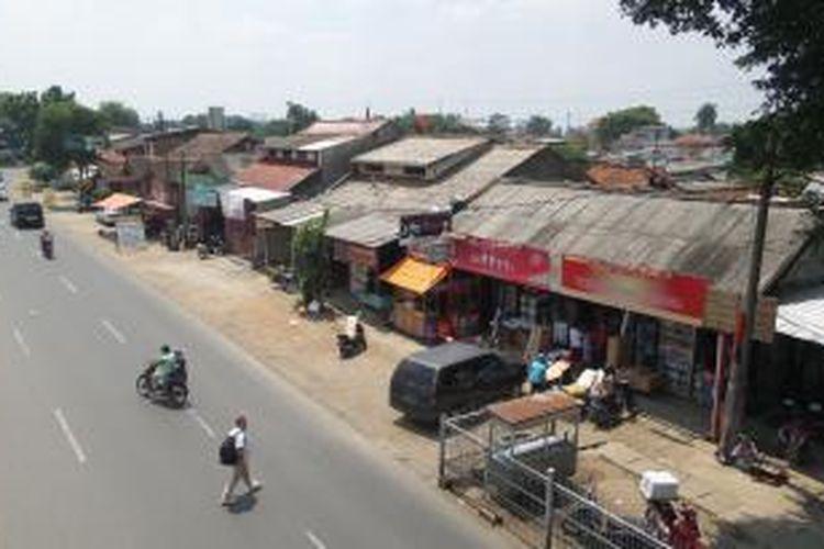 Deretan bangunan kios di pinggir rel di Lenteng Agung, Jakarta Selatan yang gagal dibongkar oleh PT KAI, Rabu (28/1/2015). PT KAI memutuSkan menunda proses pembongkaran disebabkan para pemilik bangunan bisa menunjukan sertifikat kepemilikan lahan