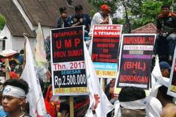 KOMPAS.com/ Mei Leandha - Ribuan buruh di Medan berunjukrasa menuntut dicabutnya tax amnesty dan PP Nomor 78 tentang Pengupahan, Kamis (29/9/2016)