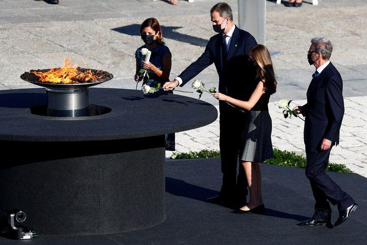 Raja Spanyol Felipe, Ratu Letizia, dan Putri Leonor ketika meletakkan bunga dalam upacara penghormatan bagi korban meninggal Covid-19 di Istana Kerajaan Madrid, 16 Juli 2020.