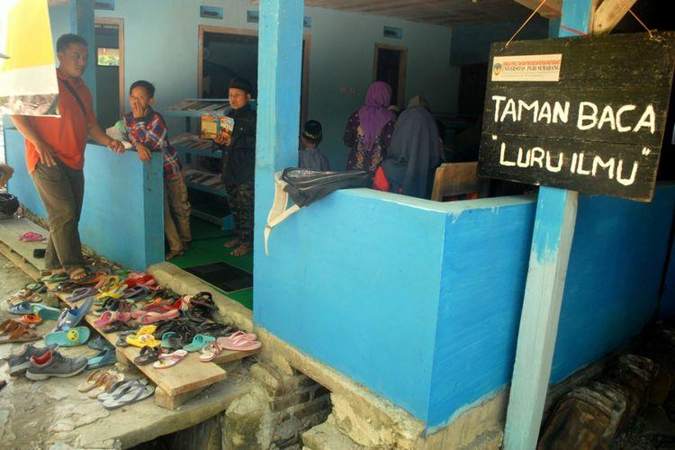 Suasana Taman Baca Luru Ilmu di RT 2 RW 8 Dusun Kedokan, Desa Ngombak, Kecamatan Kedungjati, Kabupaten Grobogan, Jawa tengah, Senin (30/7/2018) sore.