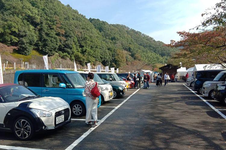 Pengguna dan komunitas Daihatsu mengikuti kegiatan Love-Local di di Chimyoko-Kawanishi, Jepang.