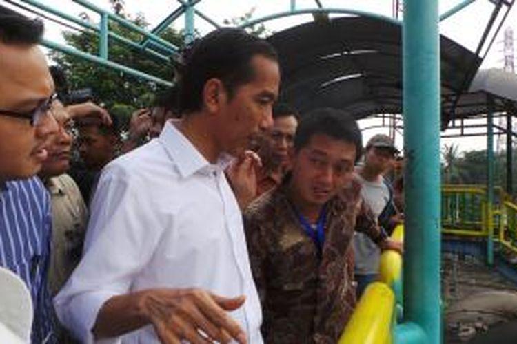 Gubernur DKI Jakarta Joko Widodo (kemeja putih) meninjau Pasar Blok G Tanah Abang, Jakarta Pusat, Rabu (31/7/2013).