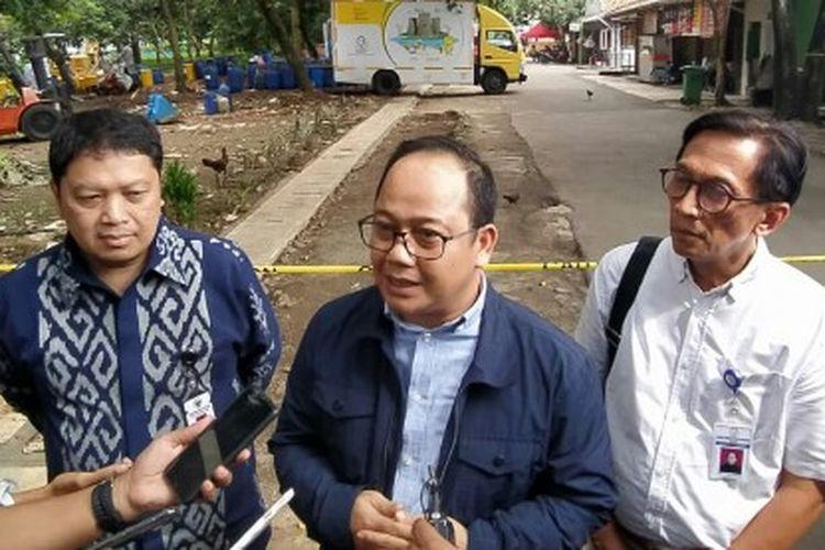 Ketua Dewan Perwakilan Rakyat Daerah (DPRD) Kota Tangerang Selatan, Abdul Rasyid turut meninjau lokasi titik radiasi nuklir dengan jenis radioaktif ceasium 137 di kawasan Perumahan Batan Indah, Kademangan, Setu, Tangerang Selatan, Rabi (19/2/2020).