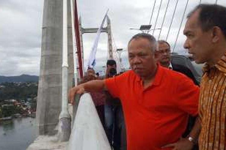 Menteri Pekerjaan Umum dan Perumahan Rakyat (PUPR) Basuki Hadimuljono didampingi Gubernur Maluku Saleh Assegaf, saat meninjau Jembatan Merah Putih di Kota Ambon, Maluku, Senin (4/4/2016).