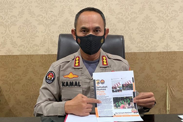 Kabid Humas Polda Papua Kombes AM Kamal memperlihatkan informasi hoaks yang beredar di media sosial terkait warga Kabupaten Puncak yang mengungsi.