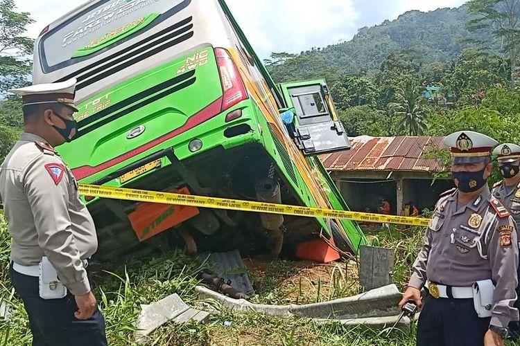 Satlantas Polres Tasikmalaya langsung memasang garis polisi guna penyelidikan kecelakaan bus masuk jurang di Jalan Pamijahan, Kecamatan Bantarkalong, Kabupaten Tasikmalaya, Selasa (10/11/2020) dini hari.
