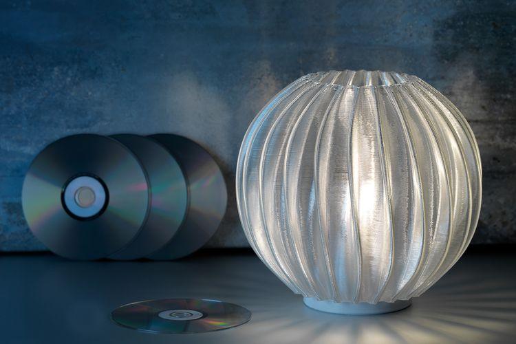 Salah satu desain kap lampu Signify dari CD (compact disc).