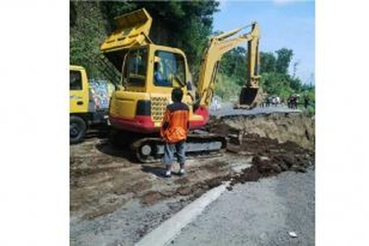 Kementerian Pekerjaan Umum dan Perumahan Rakyat (PUPR) menurunkan satu excavator dan satu unit dumptruck . Mobilisasi peralatan berat dari Semarang ini, untuk menangani bencana longsor, dan tanah amblas di Jalan Nasional Tegal-Purwokerto di Ciregol, Desa Kutamendala, Kecamatan Tonjong, Brebes, yang terjadi pada Sabtu sore (11/4/2015).