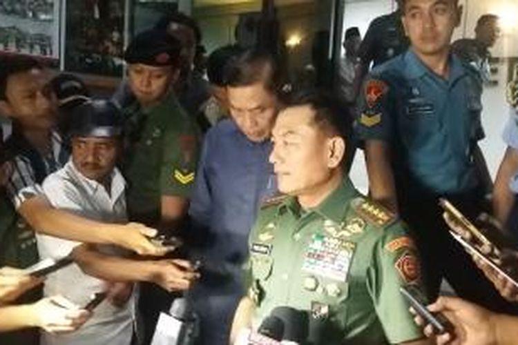 Panglima TNI Jenderal Moeldoko saat ditemui seusai mengikuti rapat kerja dengan Komisi I DPR di Mabes TNI Cilangkap, Jakarta Timur, Senin (6/7/2015).