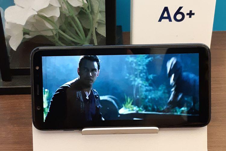 Kotak kemasan Samsung Galaxy A6 dan A6 Plus yang berfungsi sebagai penyangga saat menonton video.