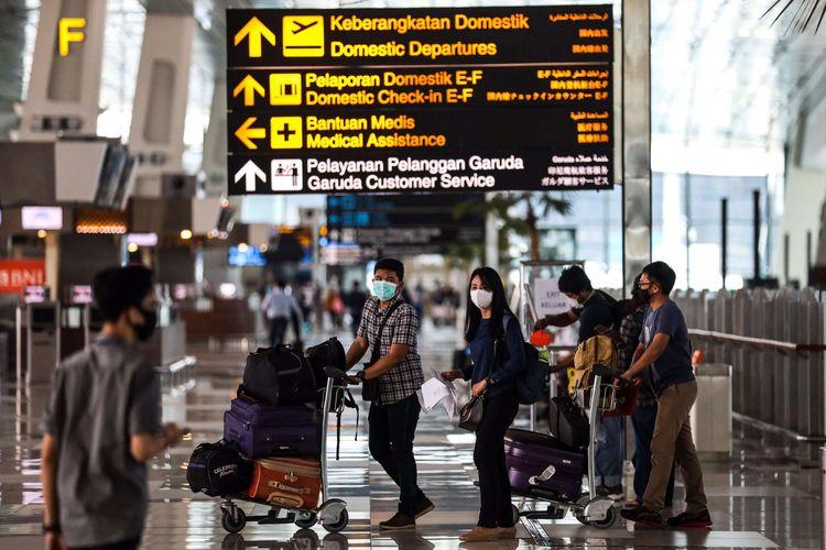 Penumpang saat tiba di terminal 3 Bandara Soekarno-Hatta, Tangerang, Banten, Selasa (12/5/2020).