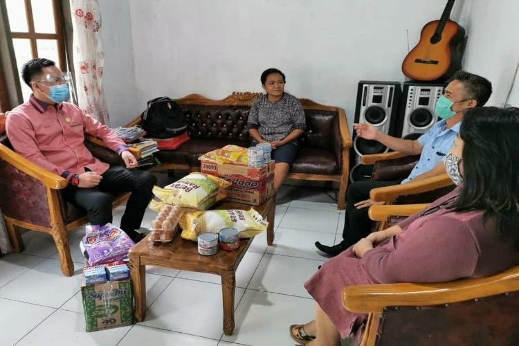 Anggota DPRD Sulut Melky Jakhin Pangemanan saat berkunjung langsung ke rumah keluarga Ibu Pingkan