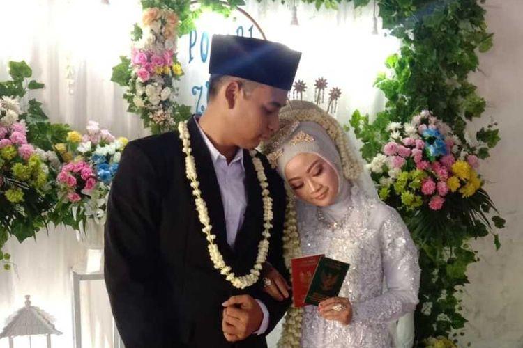 Dokumentasi pernikahan Ponari dengan Aminatus Zuroh, di rumah mempelai perempuan di Desa Sukosari, Kecamatan Jogoroto, Kabupaten Jombang, Jawa Timur.