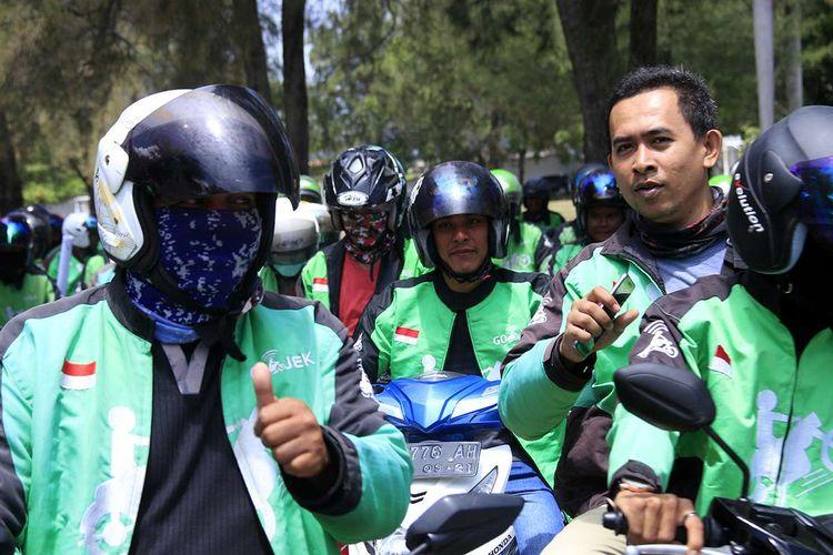 Ratusan driver yang tergabung dalam Komunitas Driver Ojol Aceh (DOA) melakukan aksi demonstrasi ke Kantor DPRA dan Kantor Gubernur Aceh, Selasa (3/9/2019). Aksi tersebut digelar dalam rangka memprotes kebijakan pemotongan bonus driver ojek online 50 persen dari sebelumnya oleh PT Gojek Indonesia, serta meminta Pemerintah Aceh dan DPRA untuk ikut memperjuangkan bonus tetap Rp 80 ribu per hari seperti sebelumnya.