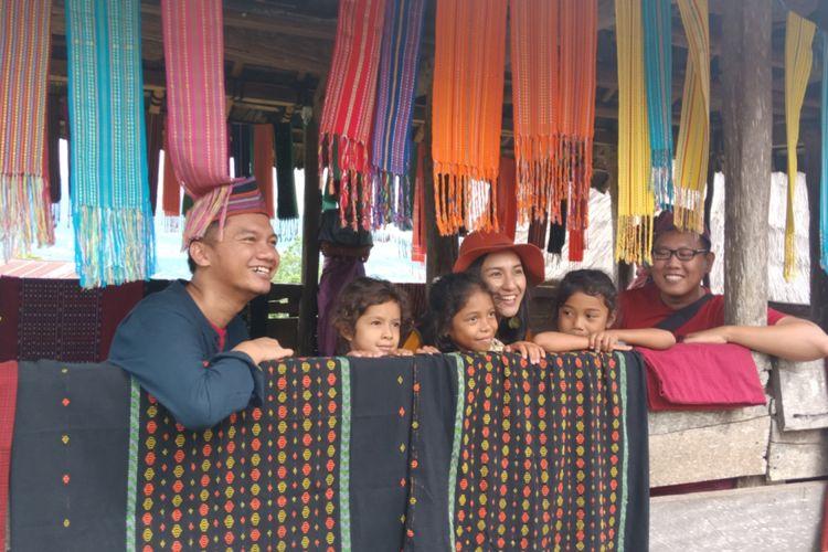 Keceriaan peserta Pegipegi Yuk! Jelajah Indonesiamu saat berfoto bersama anak-anak di Kampung Adat Todo, Manggarai, Nusa Tenggara Timur, Kamis (29/11/2018).