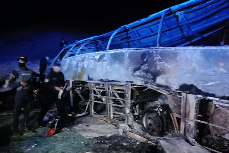 Tim penyelamat berada di depan bangkai bus di Provinsi Assiut, Mesir. Sebanyak 20 orang tewas saat bus terbalik dan terbakar karena berusaha menyalip truk.