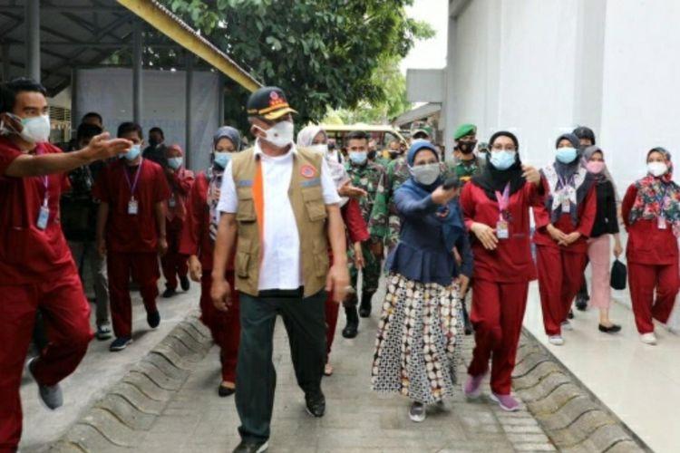 Ketua Satgas Penanganan Covid-19 Pusat, Letjen TNI Ganip Warsito saat mengunjungi tempat isoter pasien Covid-19 di gedung BPSDM Riau di Kota Pekanbaru, Riau, Sabtu (7/8/2021).