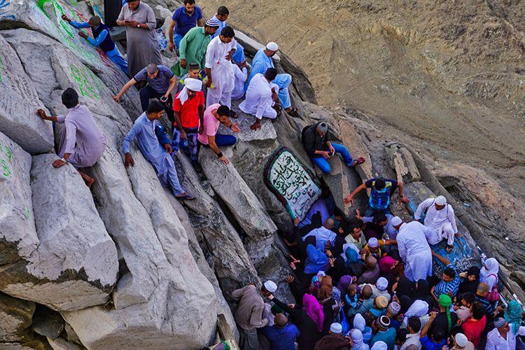 Pengunjung di Goa Hira, tempat Nabi Muhammad SAW menerima wahyu pertama.