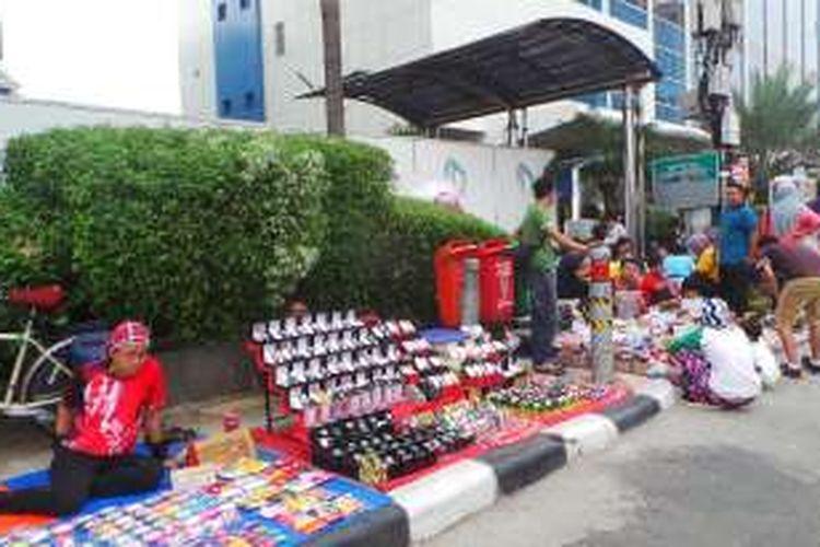 Pedagang Kaki Lima (PKL) berdagang di kawasan Car Free Day (CFD), Jakarta Pusat. Foto diambil pada Minggu (5/6/2016).