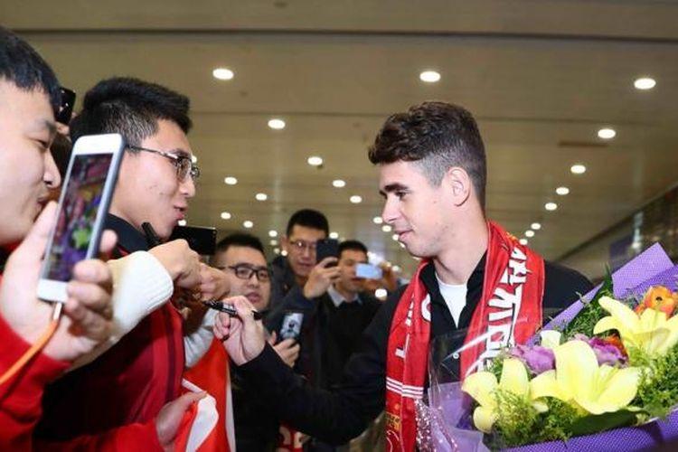 Gelandang Shanghai SIPG, Oscar, disambut di Bandara Shanghai, China, 2 Januari 2017.