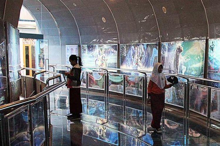 Pengunjung menyaksikan gambar-gambar seputar dunia astronomi di salah satu sudut Planetarium yang terletak di kompleks Taman Ismail Marzuki, Cikini, Jakarta Pusat, Rabu (14/1/2015). Planetarium menjadi salah satu obyek wisata edukasi andalan di Jakarta.