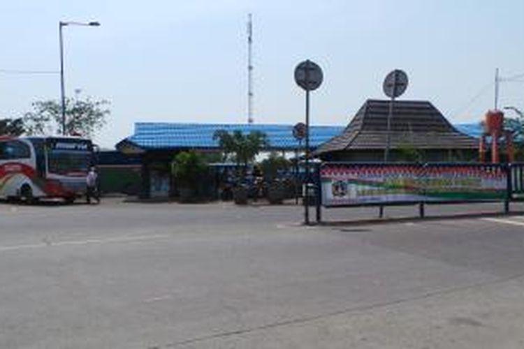 Suasana arus balik di H 3 Lebaran 1434 Hijriah tampak sepi di Terminal Kalideres, Jakarta Barat, Minggu (11/8/2013). Kepala Terminal Kalideres Hengki Sitorus memprediksi puncak arus balik terjadi setelah 17 Agustus 2013 mendatang.