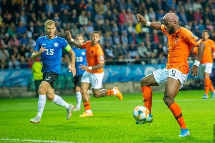 Ryan Babel tengah mengontrol bola pada pertandingan Estonia vs Belanda dalam kualifikasi Euro 2020 di Stadion A Le Coq, Talinn, 9 September 2019.