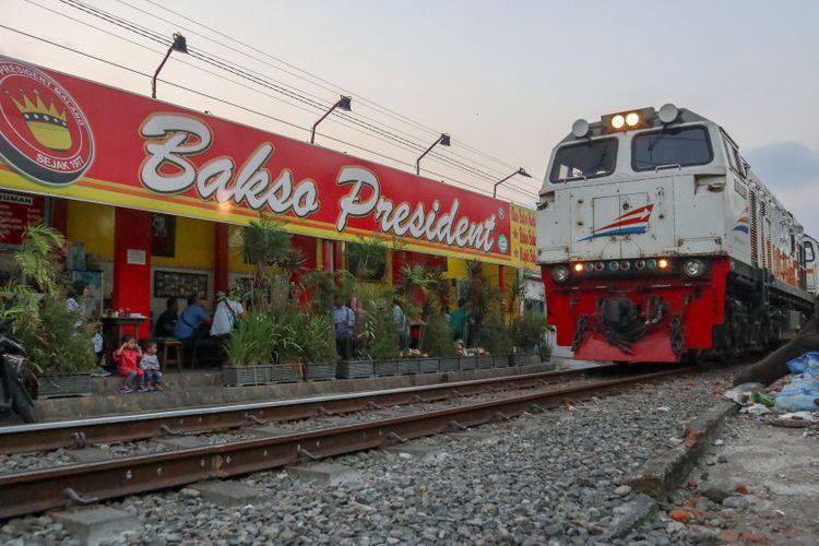 Resto Bakso President Malang berada di pinggir rel kereta api.