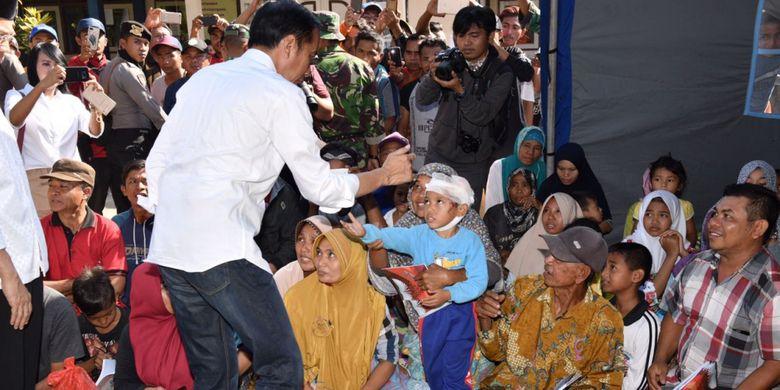 Presiden Joko Widodo saat meninjau korban gempa di Lombok, Nusa Tenggara Barat, Senin (30/7/2018).