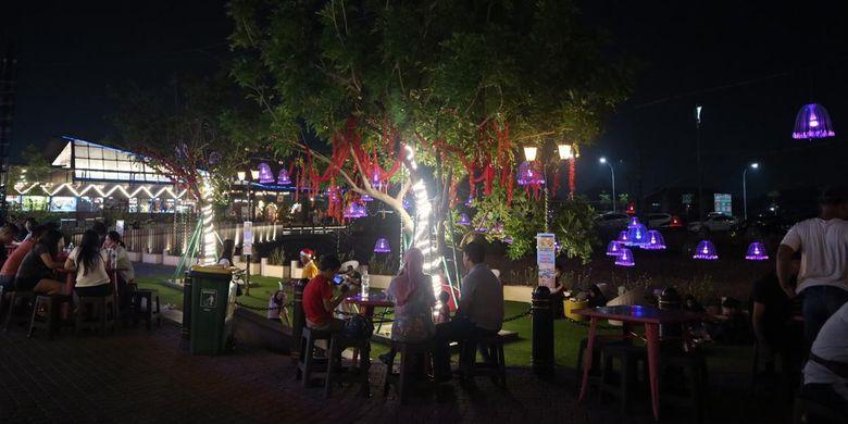 Suasana malam hari di Gading Festival Jakarta.
