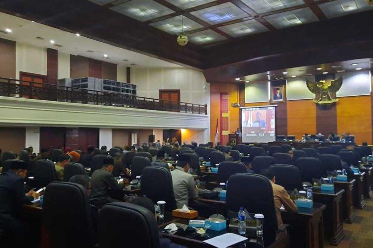 DPRD Sumbar menggelar rapat paripurna untuk membahas persoalan interpelasi, enam fraksi setuju interpelasi dilakukan, Senin (9/3/2020)