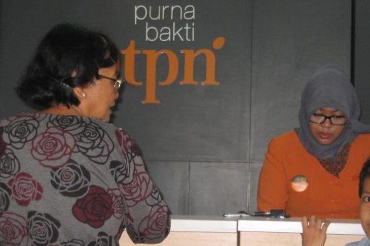 Seorang nasabah di loket pelayanan Bank Tabungan Pensiunan Nasional (BTPN) Purnabakti Kota Bekasi pada beberapa waktu lalu.