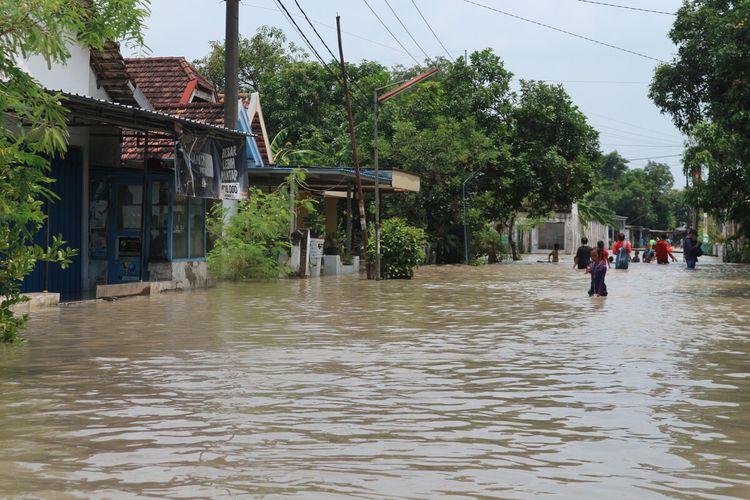 Suasana banjir hari ke-12 di Dusun Beluk, Desa Jombok, Kecamatan Kesamben, Kabupaten Jombang, Jawa Timur, Selasa (12/1/2021).
