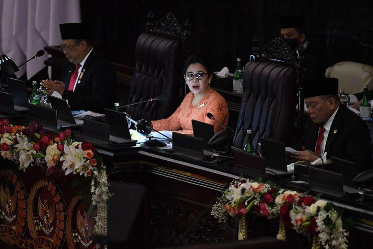 Ketua DPR Puan Maharani (tengah) didampingi Ketua MPR Bambang Soesatyo (kiri) dan Ketua DPD La Nyalla Mattalitti menyampaikan pidato pengantar dalam rangka Sidang Bersama DPR-DPD di Ruang Rapat Paripurna, Kompleks Parlemen, Jakarta, Jumat (14/8/2020). Sidang Tahunan kali ini dihadiri oleh anggota MPR/DPR/DPD secara fisik dan virtual akibat pandemi Covid-19.