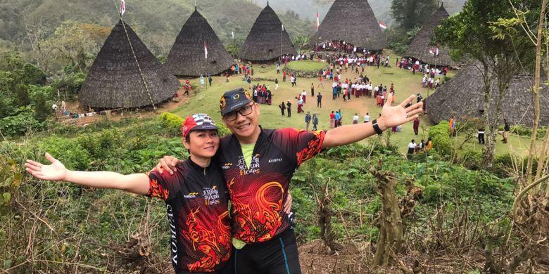 Franes susanto (47) dan Dena Joli (44) saat di kampung adat tradisional Wae Rebo, Manggarai, NTT.