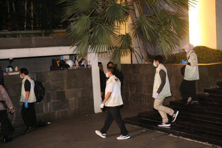 Penyidik KPK masuk ke rumah Ketua DPR Setya Novanto di Jalan Wijaya XIII, Jakarta Selatan, Rabu (15/11/2017). Komisi Pemberantasan Korupsi (KPK) menyambangi rumah Ketua DPR Setya Novanto sejak pukul 21.40 WIB.