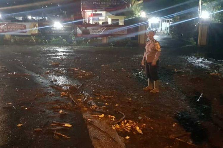 Situasi jalan pasca terjadi banjir di Kawasan Puncak, Bogor Jawa Barat, Senin (21/9/2020).