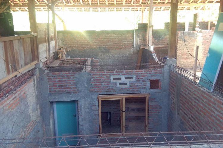 Kamar bawah tanah yang membuat rumah Giman terlihat seperti memiliki 2 lantai. Sempat dikunjungi lebh dari 10.000 orang pasca viral karena dikabarkan Giman mengangkat sendiri rumah dengan 16 tiang ke atas pondasi setinggi1,30 meter,