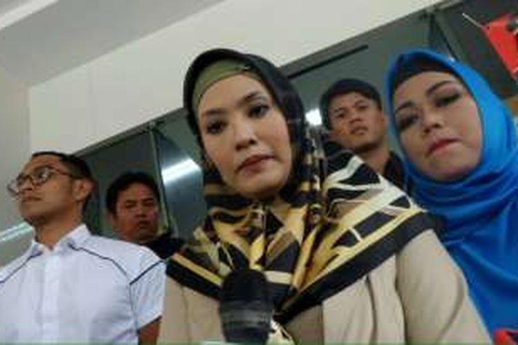 Elma Theana usai memberi keterangan di Polda Metro Jaya terkait kasus kepemilikan senjata api ilegal dengan tersangka Gatot Brajamusti, Kamis (8/9/2016).