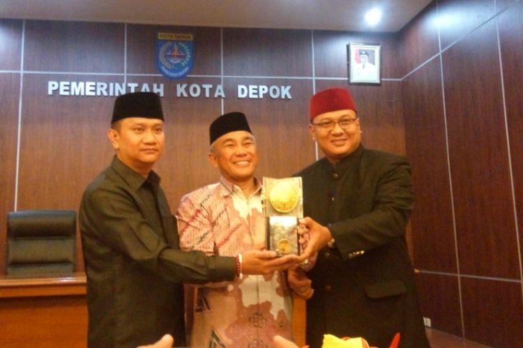 Wali Kota Depok Idris Abdul Somad (tengah) didampingi Wakil Wali Kota Pradi Supriyatna (kiri) dan Ketua DPRD (kanan) saat memperlihatkan Piala Adipura yang baru saja diraih, di Balai Kota Depok, Rabu (2/8/2017).