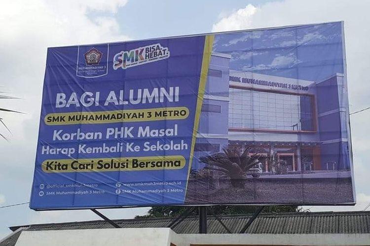 Baliho sekolah smk muhammadiyah 3 Metro ajak alumni korban PHK kembali ke sekolah mencari solusi