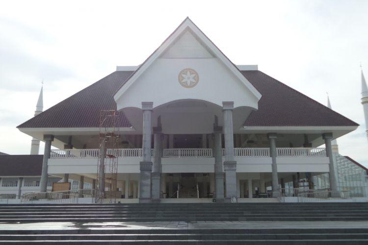 Tampak bangunan masjid raya DKI Jakarta pertama dengan nama KH Hasyim Asyari yang masih dalam proses finishing di Jalan Daan Mogot, Jakarta Barat, Kamis (30/3/2017). Rencananya, masjid akan diresmikan pada pertengahan April 2017 oleh Presiden RI Joko Widodo.