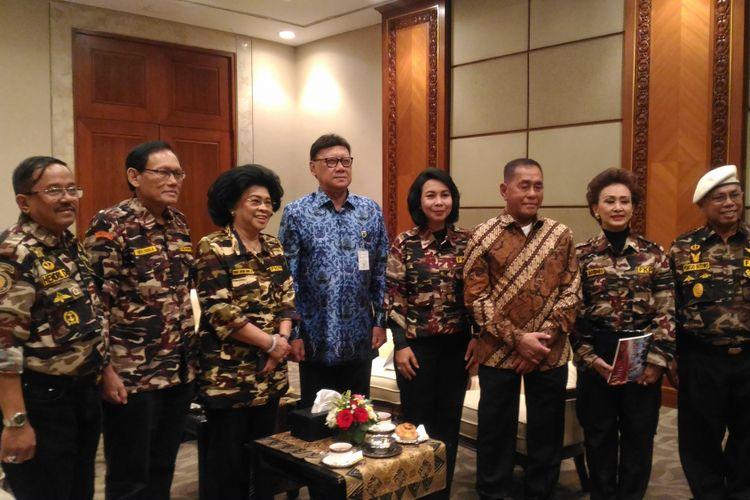 Menterian Dalam Negeri (Mendagri) Tjahjo Kumolo dan menteri Kementerian Pertahanan (Menhan) Ryamizard Ryacudu bersama anggota Forum Komunikasi Putra-Putti Putnawirawan & TNI Polri (FKPPI) di Jakarta Convention Center (JCC), Jakarta, Senin (29/10/2018).