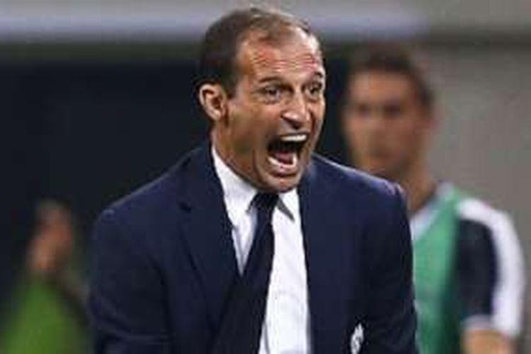Pelatih Juventus, Massimiliano Allegri, memberi instruksi dari tepi lapangan dengan berteriak saat menghadapi Inter Milan di Stadion Giueseppe Meazza, Minggu (18/9/2016).