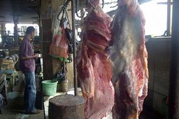 Lapak penjualan daging sapi di Pasar Johar Semarang, Selasa (16/7/2013)